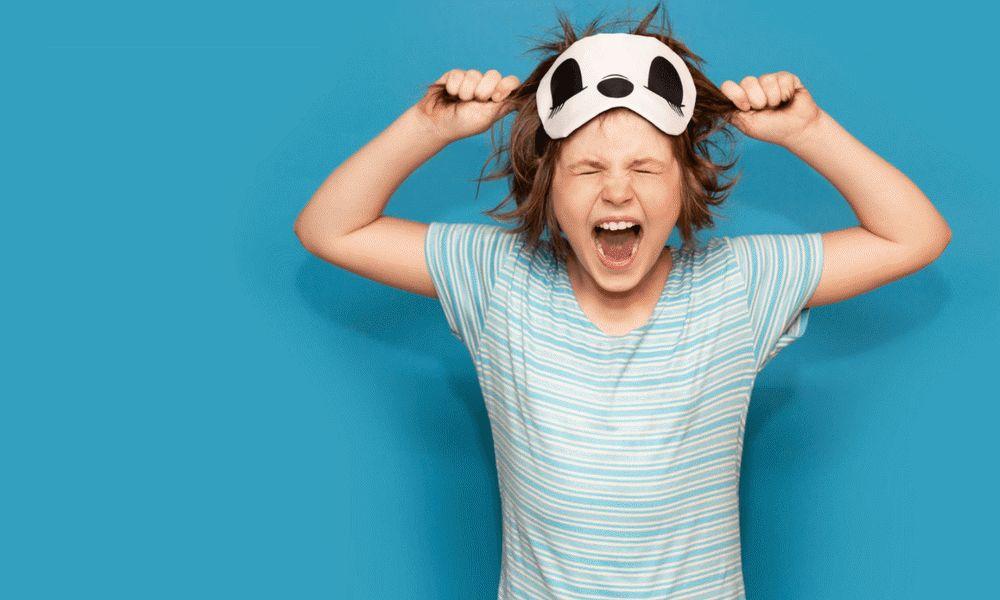 Rozpieszczone dziecko – jak uniknąć błędów w wychowaniu? - zdenerwowany chłopiec trzyma się za włosy i krzyczy