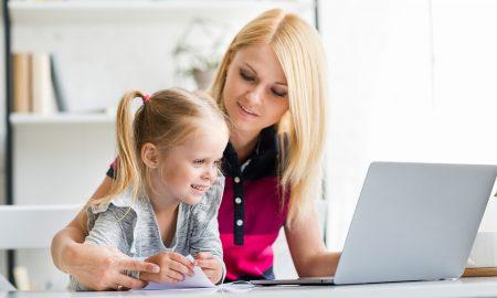 mama i córka przed laptopem